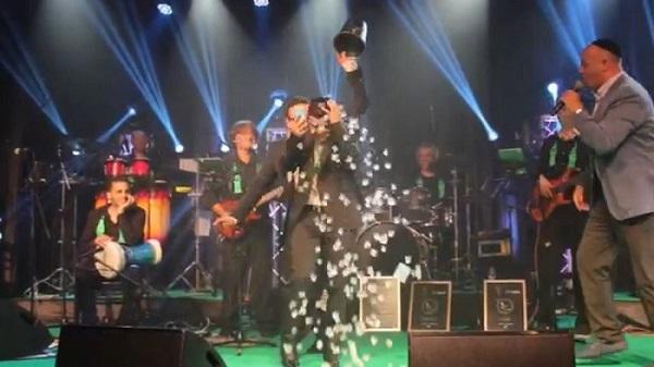 וידאו: איצק דדיה מאתגר את טוקר ופדידה באמצע המופע 2
