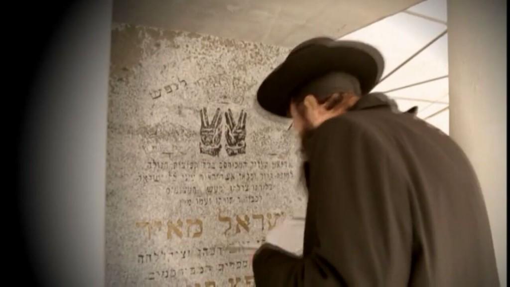 צפו • משלחת הרבנים של ״דרשו״ בקברו של החפץ חיים בראדין 9