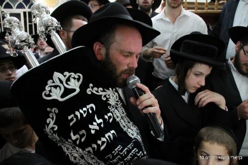 אחרי הנס של בתו: הזמר יונתן רזאל חגג הכנסת ספר תורה • צפו 1