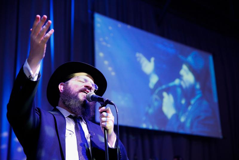 צפו: הזמר בני פרידמן מקפיץ את האלפים בכינוס השלוחים 1