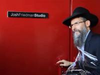 צפו: איך הפתיעו הבובה מייסעס את הזמר אברהם פריד
