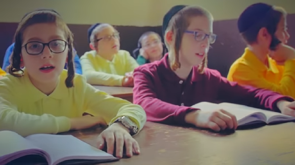 מקהלת הילדים 'אידיש נחת' בקליפ בכורה - בני בראתי 5