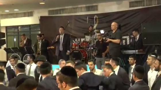 צפו במחרוזת החתונה של יוסף חיים שוואקי ותזמורתו של אהרלה נחשוני 1