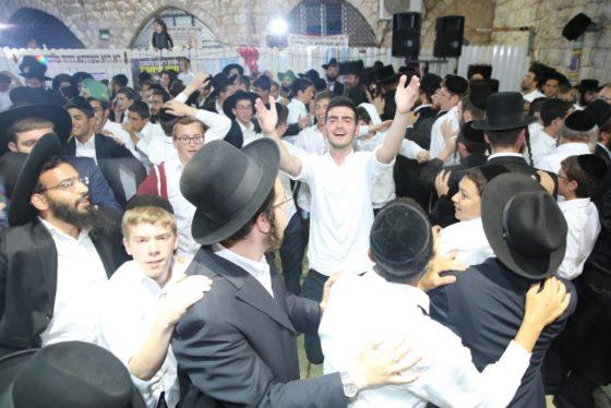 הזמרים והנגנים הרקידו את בני הישיבות: שלוש שעות של ריקודים סוערים • צפו 46