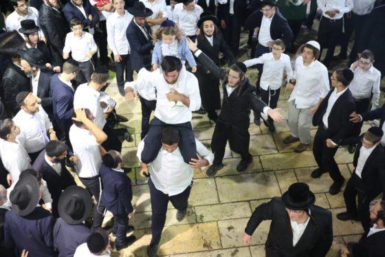 הזמרים והנגנים הרקידו את בני הישיבות: שלוש שעות של ריקודים סוערים • צפו 39