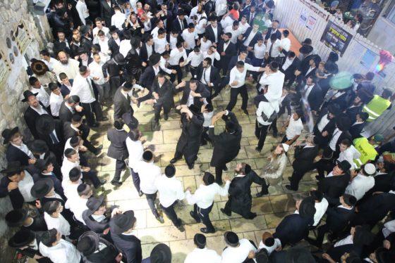 הזמרים והנגנים הרקידו את בני הישיבות: שלוש שעות של ריקודים סוערים • צפו 30