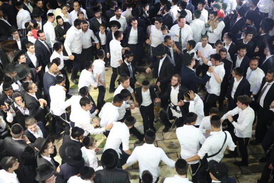 הזמרים והנגנים הרקידו את בני הישיבות: שלוש שעות של ריקודים סוערים • צפו 45