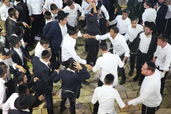 הזמרים והנגנים הרקידו את בני הישיבות: שלוש שעות של ריקודים סוערים • צפו 36