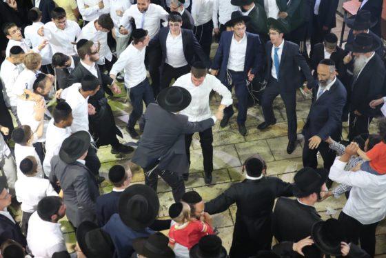 הזמרים והנגנים הרקידו את בני הישיבות: שלוש שעות של ריקודים סוערים • צפו 22