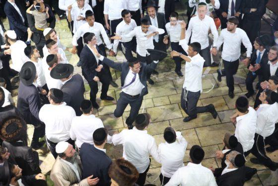 הזמרים והנגנים הרקידו את בני הישיבות: שלוש שעות של ריקודים סוערים • צפו 80