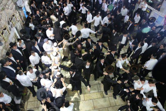 הזמרים והנגנים הרקידו את בני הישיבות: שלוש שעות של ריקודים סוערים • צפו 6