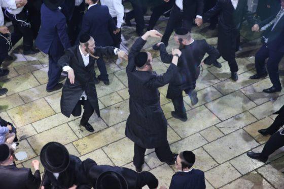 הזמרים והנגנים הרקידו את בני הישיבות: שלוש שעות של ריקודים סוערים • צפו 40