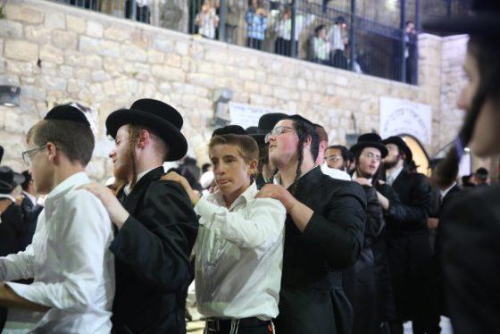 הזמרים והנגנים הרקידו את בני הישיבות: שלוש שעות של ריקודים סוערים • צפו 13