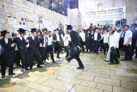 הזמרים והנגנים הרקידו את בני הישיבות: שלוש שעות של ריקודים סוערים • צפו 17