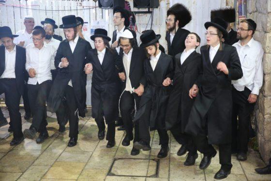 הזמרים והנגנים הרקידו את בני הישיבות: שלוש שעות של ריקודים סוערים • צפו 35