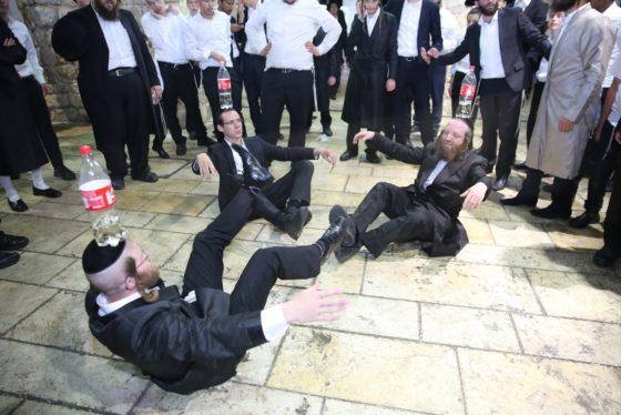 הזמרים והנגנים הרקידו את בני הישיבות: שלוש שעות של ריקודים סוערים • צפו 78