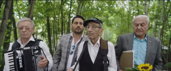 """""""שלא יכבה נרו"""": גד אלבז מארח את להקת ניצולי השואה • צפו 1"""