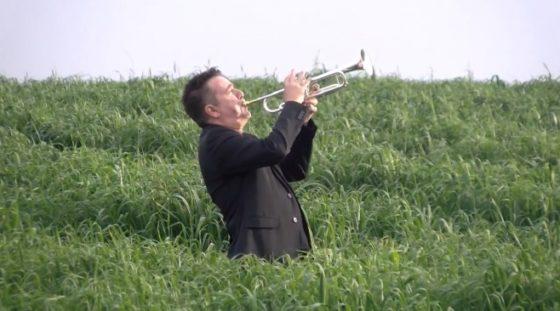 """אריק דוידוב והחצוצרה מבצע את """"והיא שעמדה"""" של רזאל 9"""