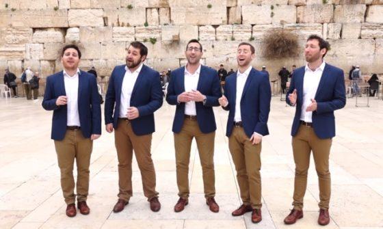"""להקת הווקאל 'כיפה לייב' שרים בכותל את """"המלאך הגואל"""" 1"""