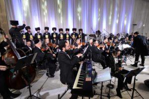 זאנוויל, מלכות ותזמורת פילהרמונית מבצעים את 'כבודו' של החזן מלבסקי