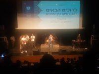 צפו: הזמר שר לחיילים ובני הישיבות הצטרפו