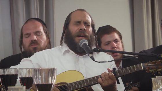בְּמוֹצָאֵי יוֹם מְנוּחָה: ר' מרדכי גוטליב וחברים שרים קרליבך בקומזיץ מרגש 5