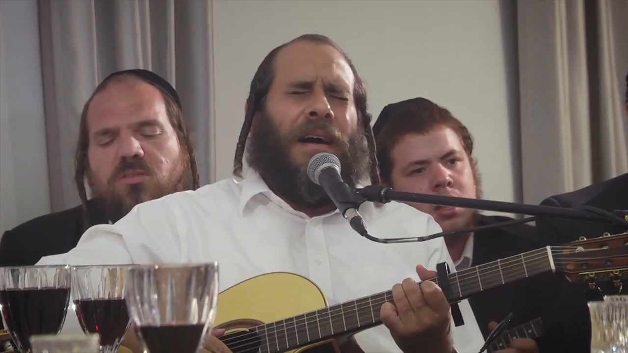 בְּמוֹצָאֵי יוֹם מְנוּחָה: ר' מרדכי גוטליב וחברים שרים קרליבך בקומזיץ מרגש 10