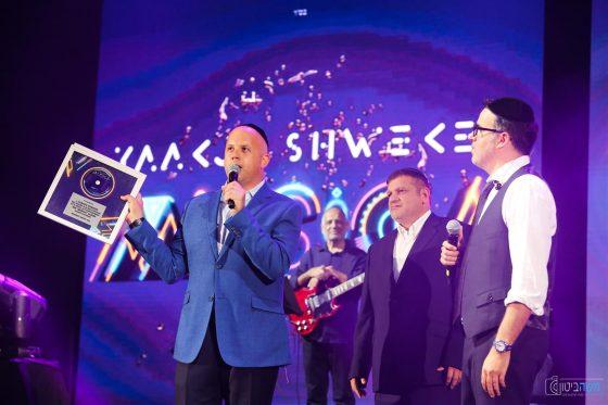 צפ: יעקב שוואקי מקבל אלבום פלטינה 1