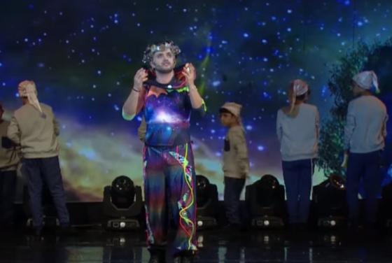 """מפגש כוכבים: איציק דדיה הבוגר ואיציק דדיה הילד בדואט ״כוכבים"""" • צפו 1"""
