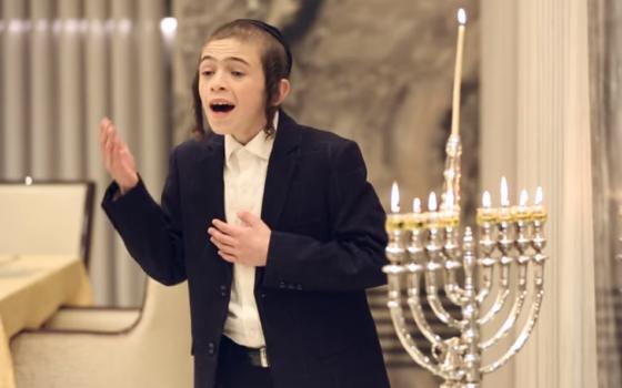 """צפו: ילד הפלא דודי הרשקופ ומקהלת קולות - """"מחרוזת חנוכה"""" 1"""