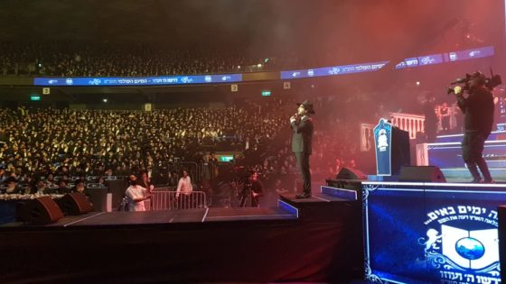 """אלי הרצליך, ו-15.000 איש שרים """"המלאך"""" • צפו 1"""