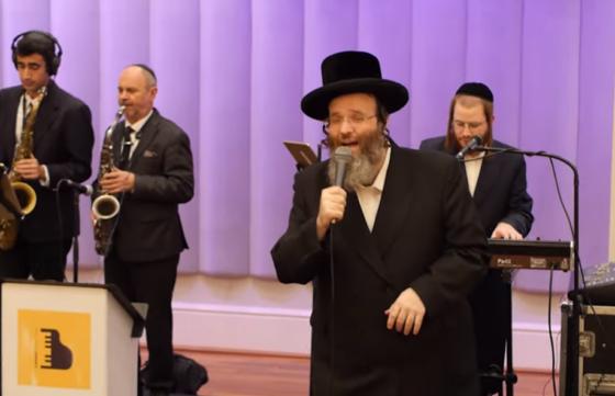 """צפו: בעל המנגן הרב שלמה טויסיג עם """"מחרוזת ריקודים 2"""" 2"""