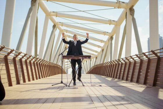 """""""שמח תמיד"""": איציק וינגרטן בסינגל קליפ חדש 8"""